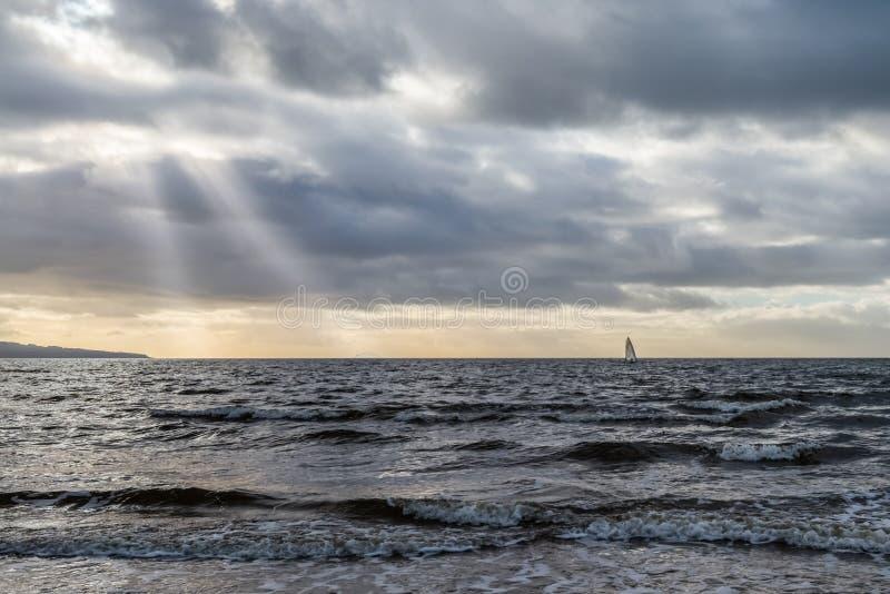 Presti a mari mossi del surfista del vento Skys tempestoso fuori da Ayr Scozia immagini stock