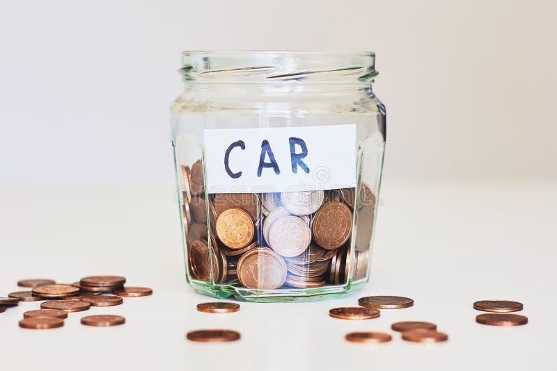 Prestito di automobile, concetto dell'assicurazione auto Barattolo di vetro in pieno delle monete e dell'automobile di carta del  fotografie stock libere da diritti