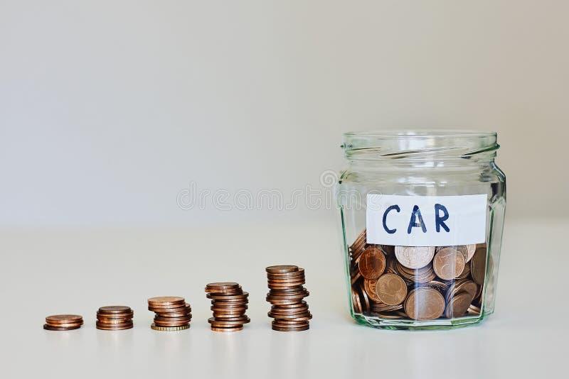 Prestito di automobile, concetto dell'assicurazione auto Barattolo di vetro in pieno delle monete e dell'automobile del segno immagini stock libere da diritti
