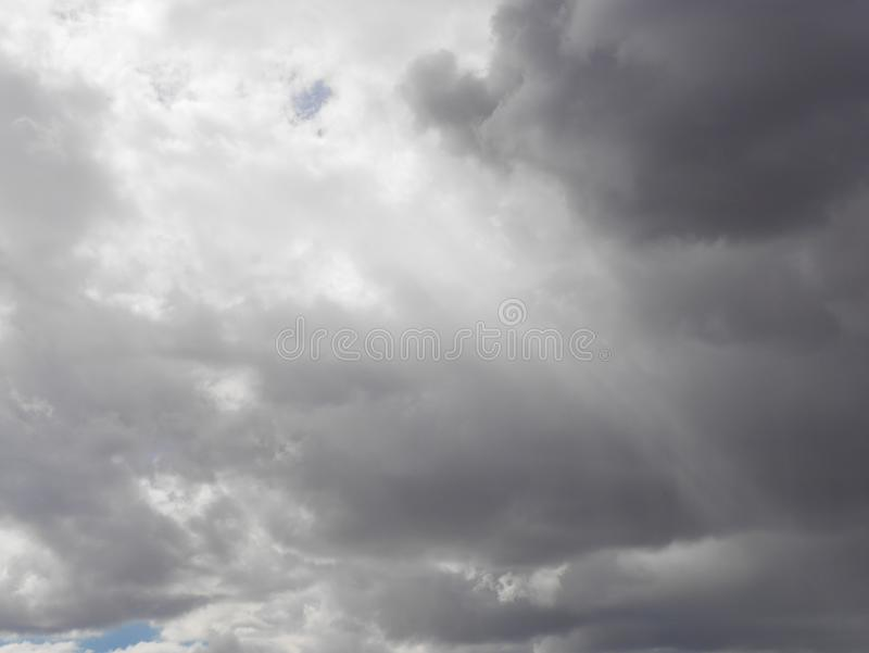 Presto comincerà piovere, il cielo blu attraverso le nuvole immagini stock libere da diritti