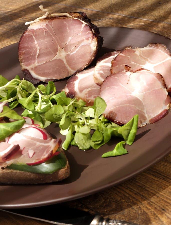 Presunto bruto, secado do presunto defumado com sanduíche, salada na placa foto de stock royalty free