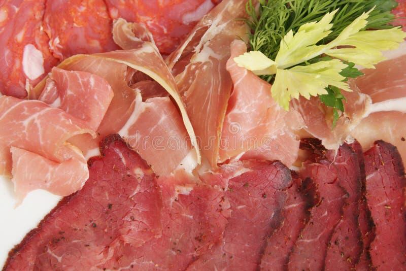 Presunto cortado, salsicha fumado crua, prosciutto - close-up fotos de stock