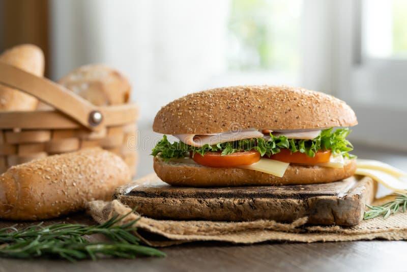 Presunto do sandu?che e queijo, tomates, alface com p?o do seasame e p?o brindado na cesta fotografia de stock