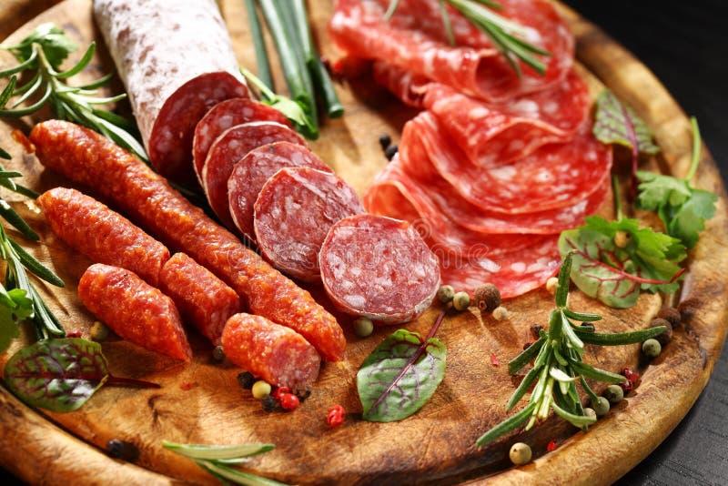 Presunto e salami italianos com ervas imagem de stock royalty free
