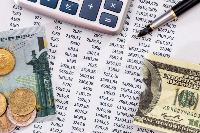 Presupueste el texto con la calculadora, la pluma, 100 euros y el dólar rasgados fotografía de archivo libre de regalías