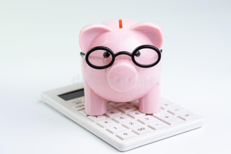 Presupuesto, c?lculo y concepto financiero de la actividad, vidrios que llevan del coste o de la inversi?n de la hucha rosada en  imagen de archivo
