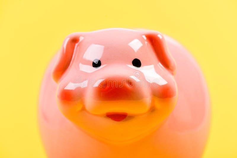 Presupuesto del planeamiento gestión de la renta Problema financiero HUCHA EN FONDO AMARILLO ahorro del dinero CRISIS DE PRESUPUE imagenes de archivo