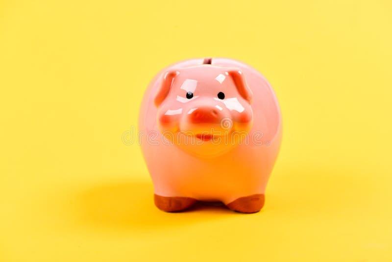 Presupuesto del planeamiento Problema financiero HUCHA EN FONDO AMARILLO gestión de la renta ahorro del dinero financiero foto de archivo