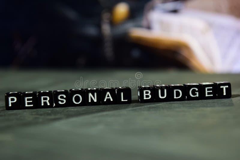 Presupuesto personal en bloques de madera Concepto del negocio y de las finanzas imagen de archivo