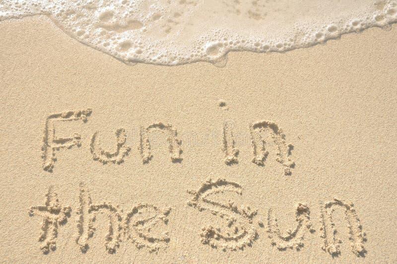Pret in de Zon die in Zand op Strand wordt geschreven stock foto