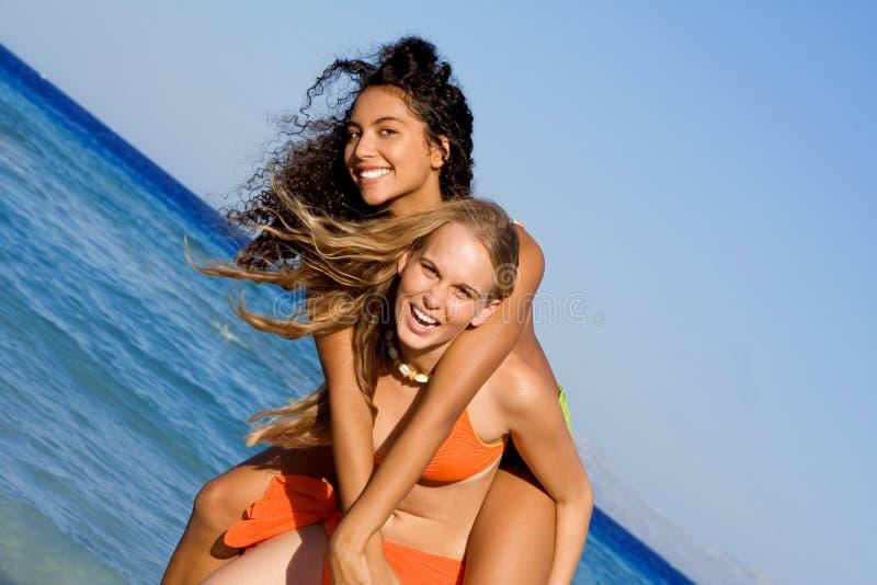 Pret die op strandvakantie lacht royalty-vrije stock afbeelding