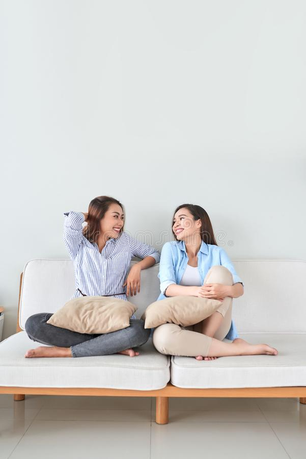 Pret hebben, en meisjes die samen thuis zingen spelen royalty-vrije stock afbeeldingen