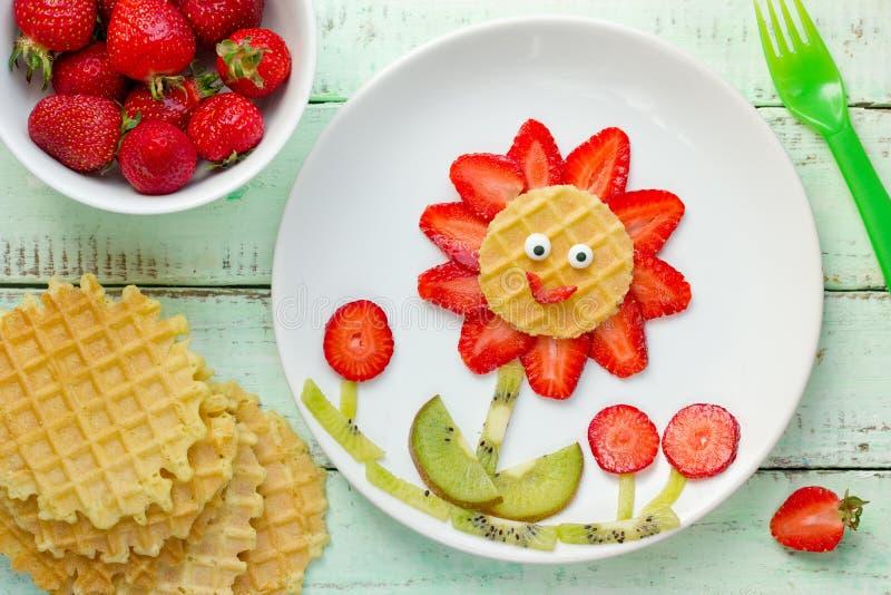 Pret met voedsel - de wafelbloem van de aardbeikiwi stock afbeelding