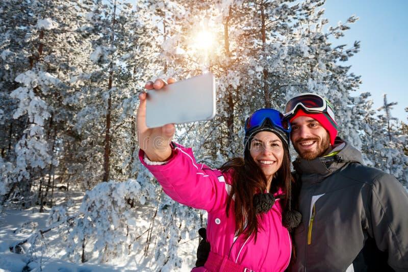 Download Pret Op De Sneeuw Hebben En Paar Die Selfie Maken Stock Foto - Afbeelding bestaande uit foto, camera: 107707726