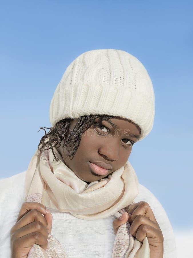 Preteen bonito que veste um tampão branco sob o sol do inverno fotos de stock