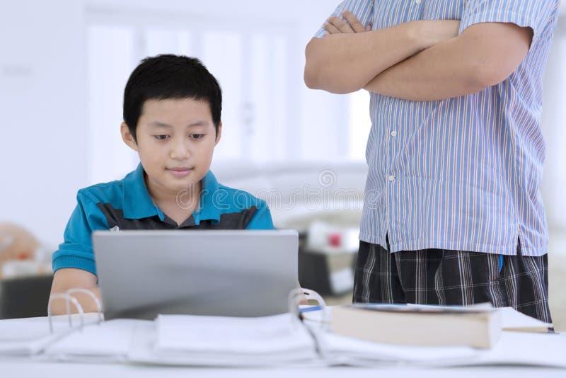 Preteen chłopiec doglądająca jej ojcem w domu obraz royalty free
