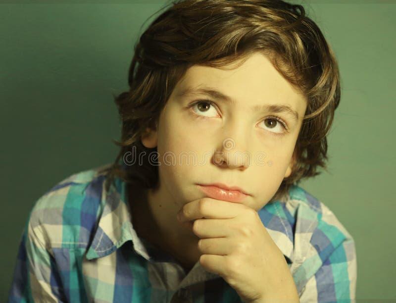 Preteen chłopiec przystojna myśl nad trudną kwestią fotografia royalty free