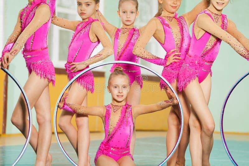 Preteen rytmiczne gimnastyczki pozuje z obręczami zdjęcie stock