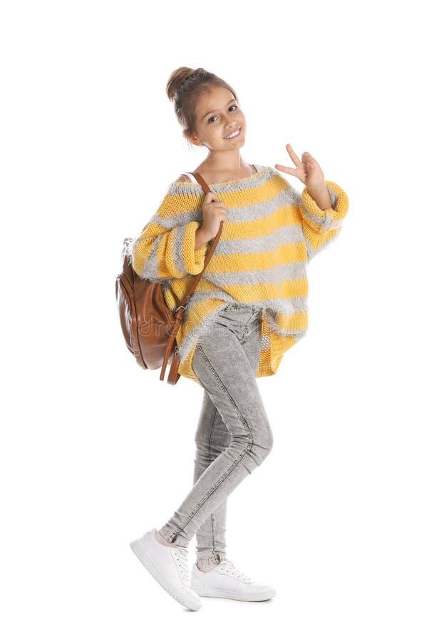 Preteen vrij meisje met rugzak tegen wit stock foto