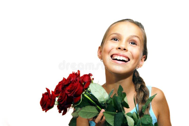 Preteenflicka med röda ro royaltyfri foto