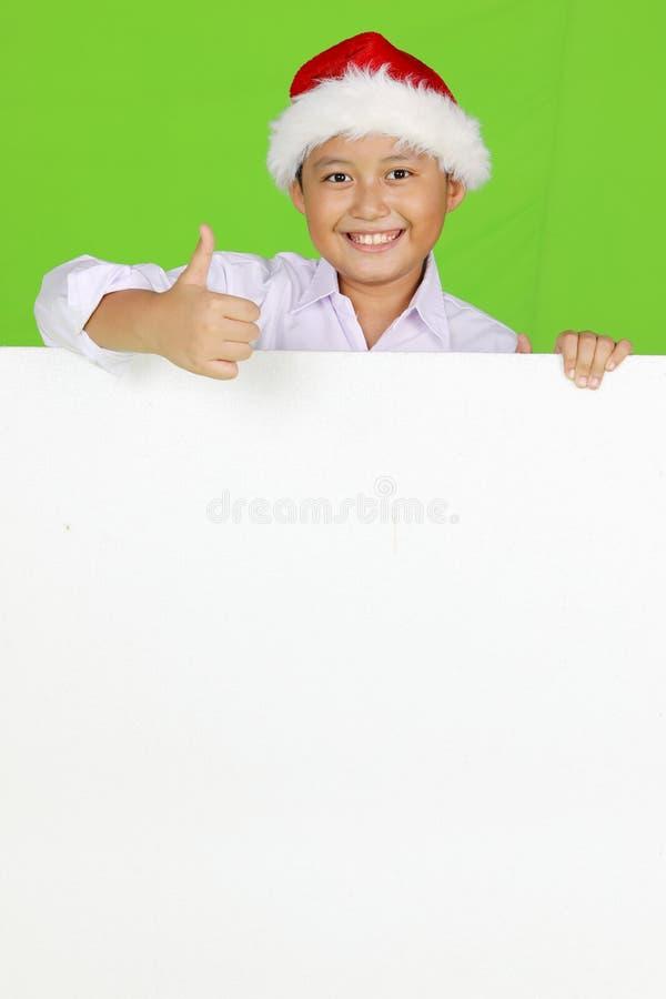 Preteenpojke som visar en tom whiteboard royaltyfria bilder