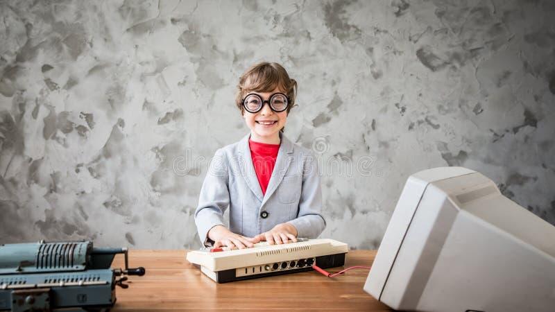 Pretent barn att vara affärsman arkivbild