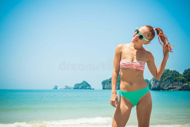 Pretmeisje bij het strand royalty-vrije stock afbeelding