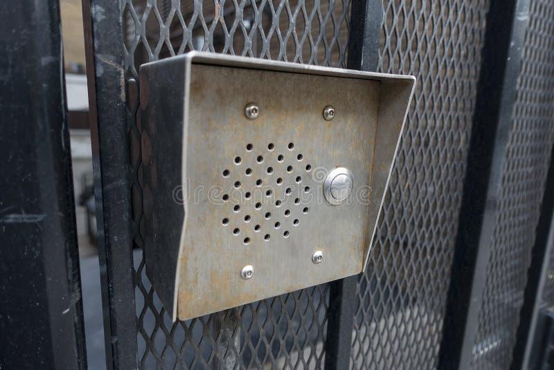 Preto de aço inoxidável do brownstone da cidade do intocme e da campainha elétrica pintado foto de stock royalty free