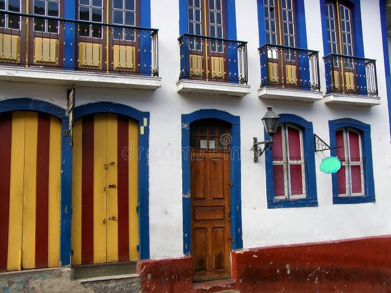 Preto de Ouro, Brasil 10 de novembro de 2016 Portas e janelas de uma constru??o colonial Arquitetura de Ouro Preto foto de stock