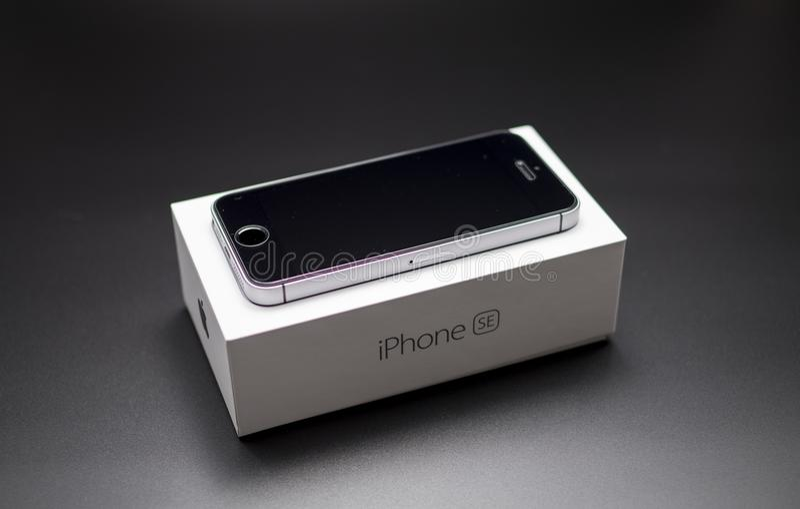 Preto do SE de Iphone na caixa imagem de stock