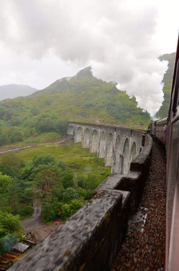 Trem do vapor de Jacobite que cruza o viaduto de Glenfinnan. fotos de stock