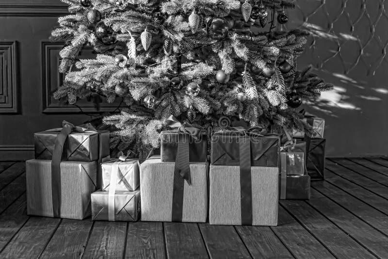 Preto e branco, árvore de Natal com caixas de presente, interior do Natal imagens de stock