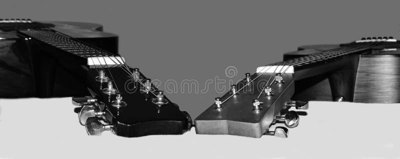 Preto e branco de guitarra acústicas de madeira do ` s de um pai e do filho fotos de stock