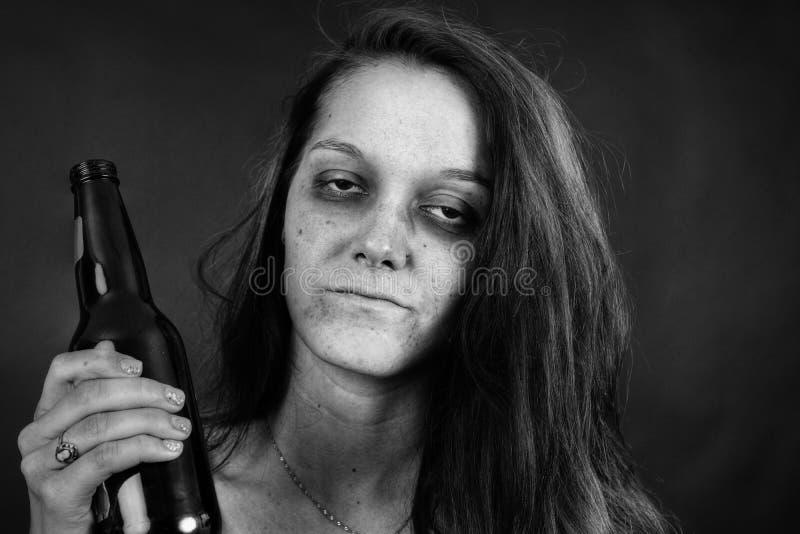 Preto e branco do viciado da jovem mulher foto de stock royalty free