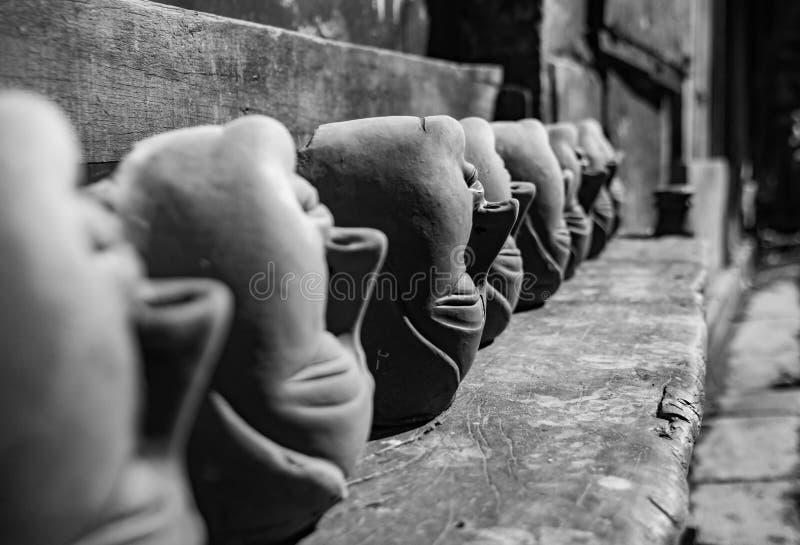 Preto e branco muitos molde principal do durga da deusa feito da terra para a construção do ídolo no kumartuli Durga Puja foto de stock