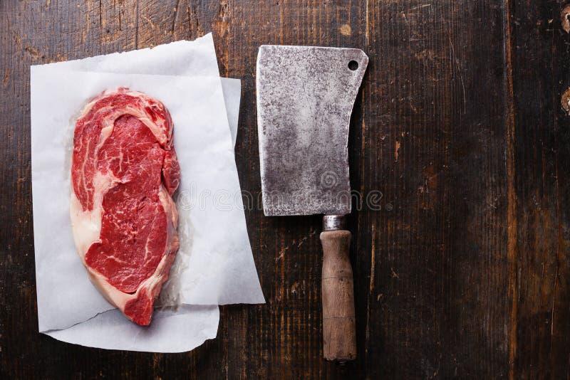 Preto marmoreado cru Angus Steak da carne e talhador de carne fotografia de stock
