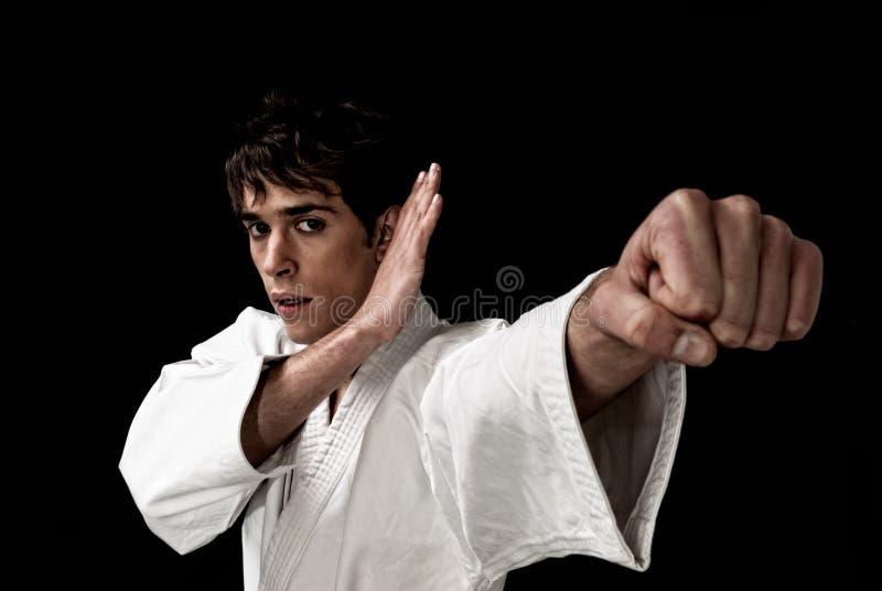 Preto masculino do contraste elevado do close-up do lutador do karaté imagens de stock
