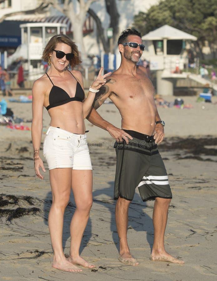 Pretpaar op het strand stock fotografie