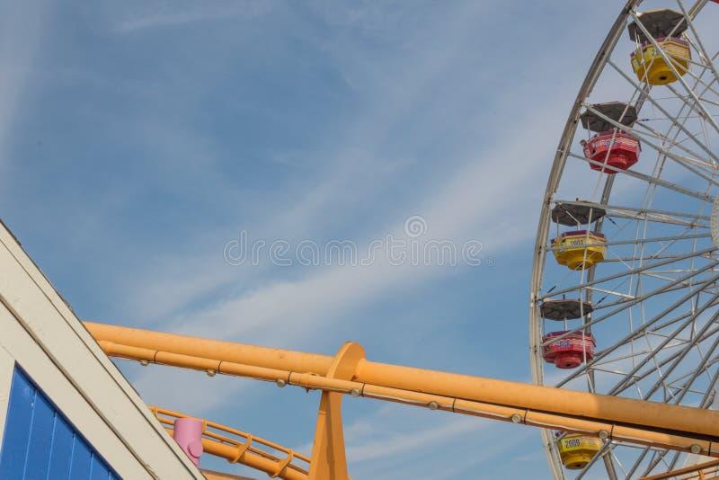 Pretparkritten in heldere kleuren tegen een blauwe hemel stock foto