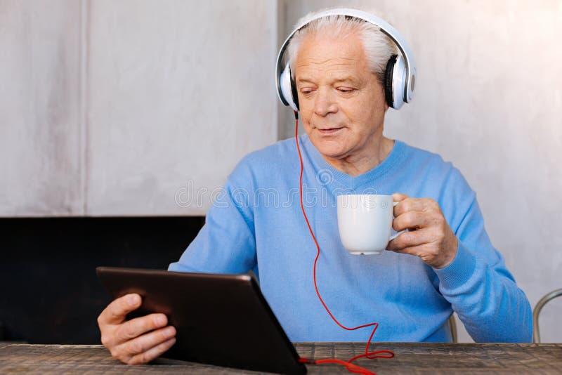 Prettig bejaarde die thuis ontspannen stock fotografie