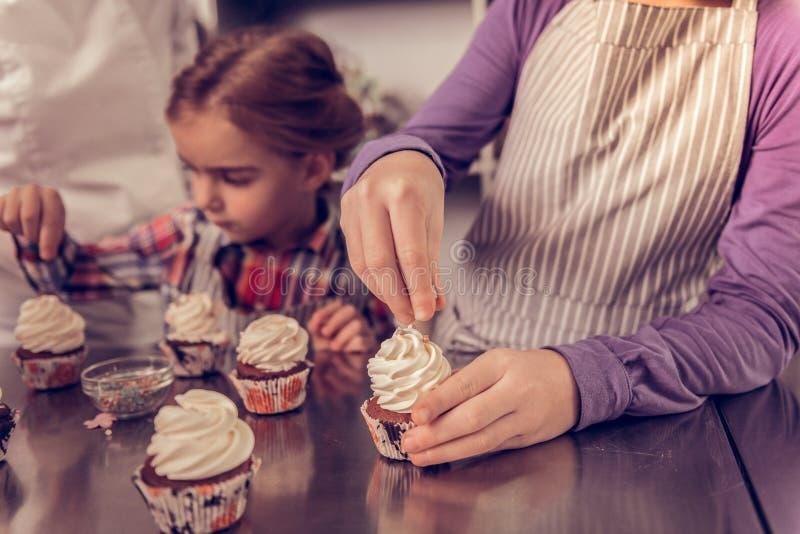 Prettig creatief meisje die een mooie cupcake houden royalty-vrije stock fotografie