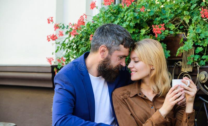 Prettig familieweekend Onderzoek koffie en openbare ruimten Gehuwd mooi paar die samen ontspannen Reis en Vakantie royalty-vrije stock foto's