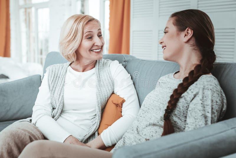 Prettig gelukkig meisje die een gesprek met haar moeder hebben royalty-vrije stock foto