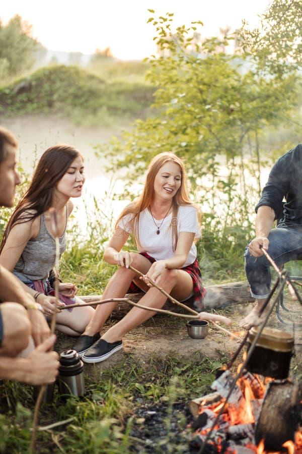 Prettig gesprek rond het vuur stock foto