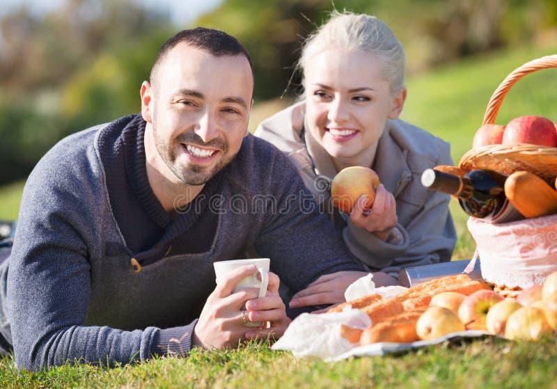 Prettig jong paar die zoals hebbend picknick babbelen royalty-vrije stock foto's