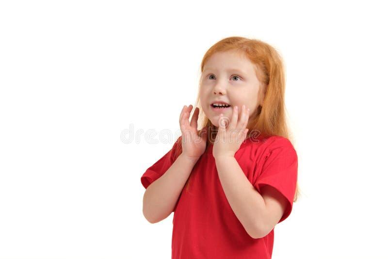 Prettig leuk vrolijk haar handen houden dichtbij gezicht en meisje die terwijl het uitdrukken van vreugde glimlachen royalty-vrije stock fotografie