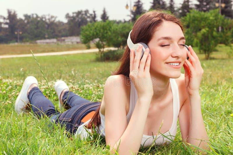 Prettig meisje die aan muziek luisteren royalty-vrije stock foto's