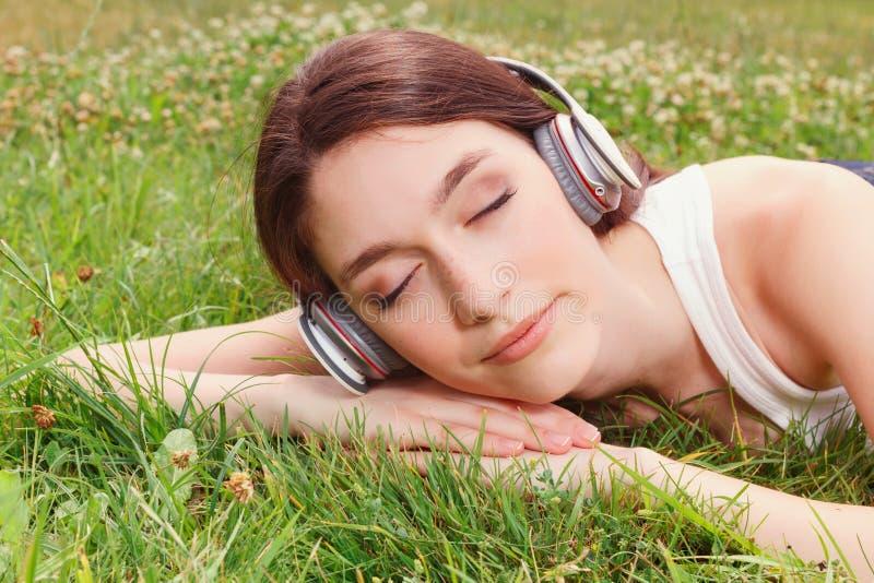 Prettig meisje die aan muziek luisteren stock afbeeldingen