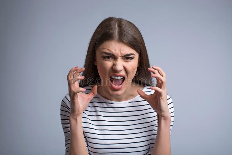 Prettig meisje die woede uitdrukken royalty-vrije stock fotografie