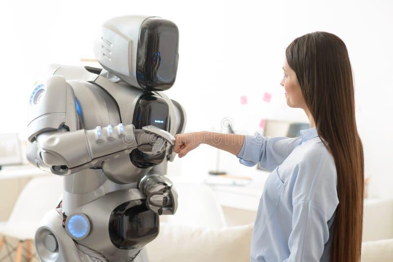 Prettig meisje die zich met robot bevinden royalty-vrije stock foto's